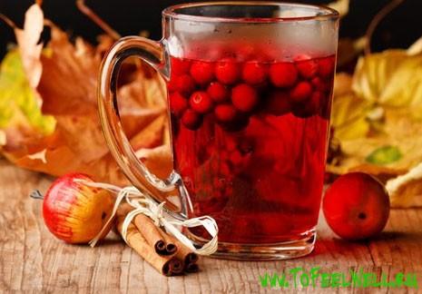 стакан с ягодами на столе