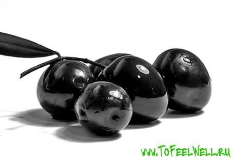 черные маслины на белом фоне