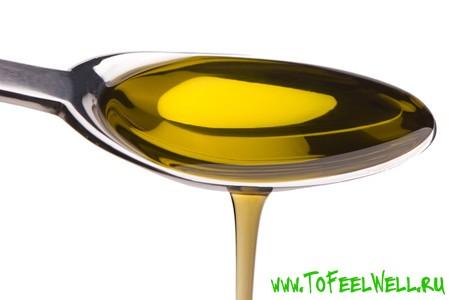 масло в ложке на белом фоне