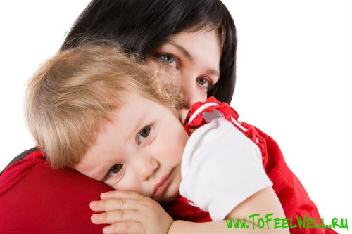 женщина держит ребенка на руках