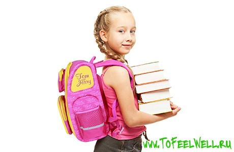 девочка с книгами стоит на белом фоне