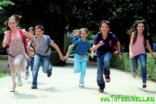дети бегут по дороге
