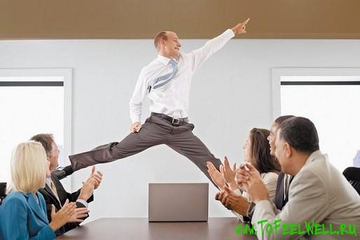 мужчина в галстуке прыгает