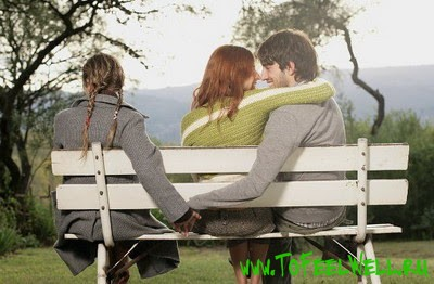 парень с девушками сидит на лавке