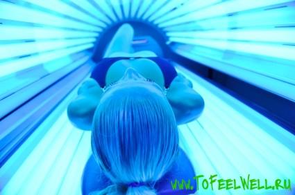 девушка лежит на спине в солярии