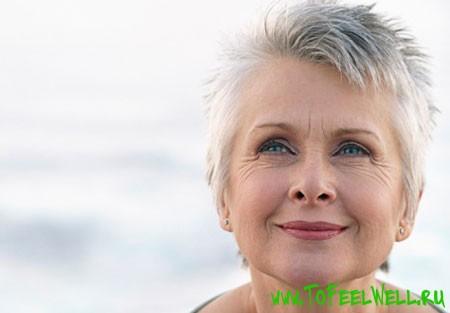 пожилая женщина с седыми волосами улыбается