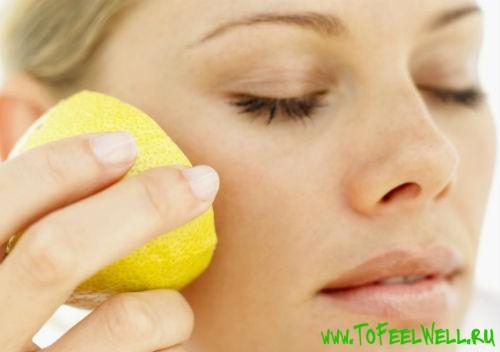 протирает лицо лимоном