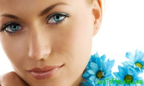 лицо девушки с голубыми цветами на белом фоне
