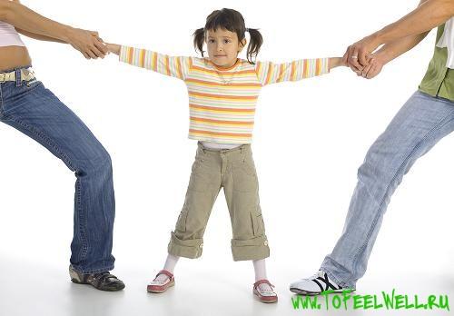 тянут ребенка за руки на белом фоне