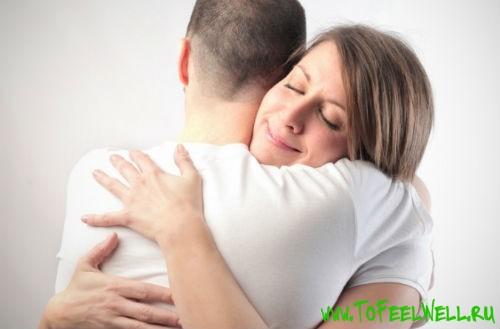девушка обнимает мужчину в белой футболке