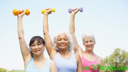 пожилые женщины поднимают гантели вверх