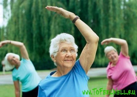 пожилые женщины делают зарядку