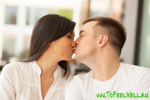 парень и девушка целуются в губы