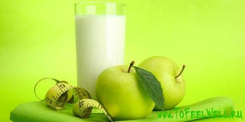 яблоки и стакан на зеленом фоне