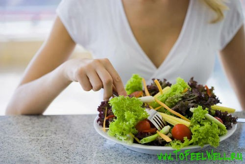 тарелка с салатом стоит на столе