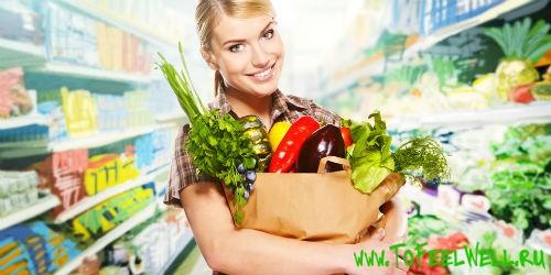 девушка держит пакет с овощами